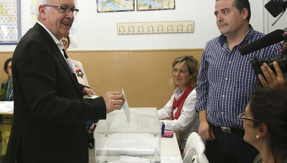 Cayo Lara ha ejercido su derecho al voto en el colegio electoral