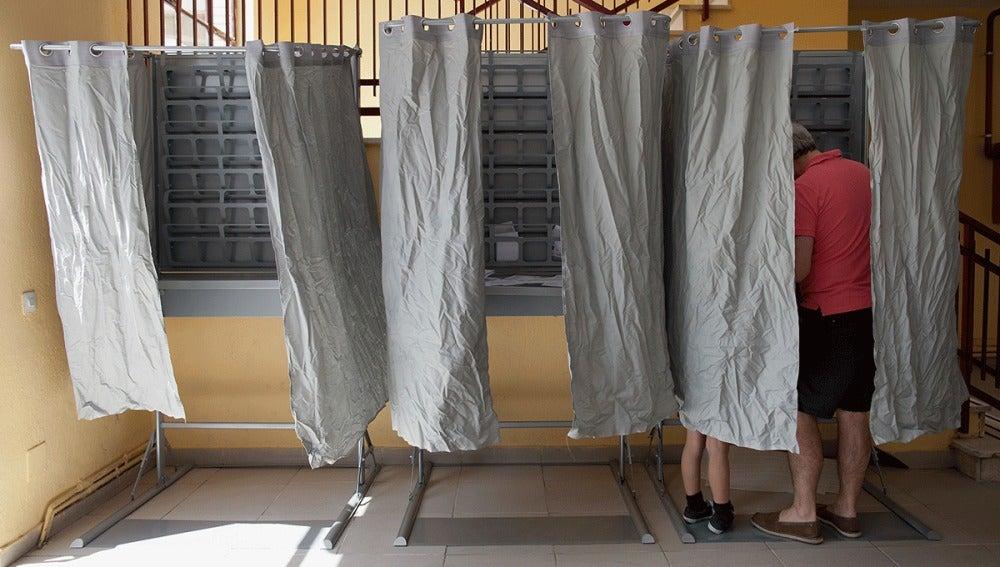 Un padre vota junto a su hijo