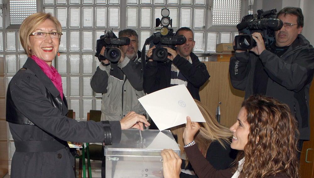 Rosa Díez vota en los comicios al Parlamento Europeo en el colegio electoral
