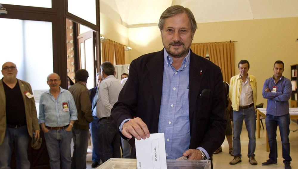 El candidato de IU al Parlamento Europeo, Willy Meyer ha ejercido su derecho al voto