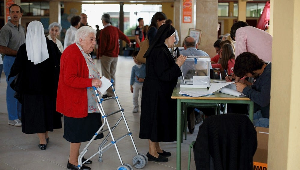 Una monja vota en la mesa electoral
