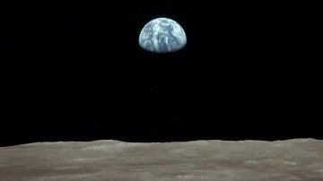 Imagen de una Tierra casi llena vista desde la Luna