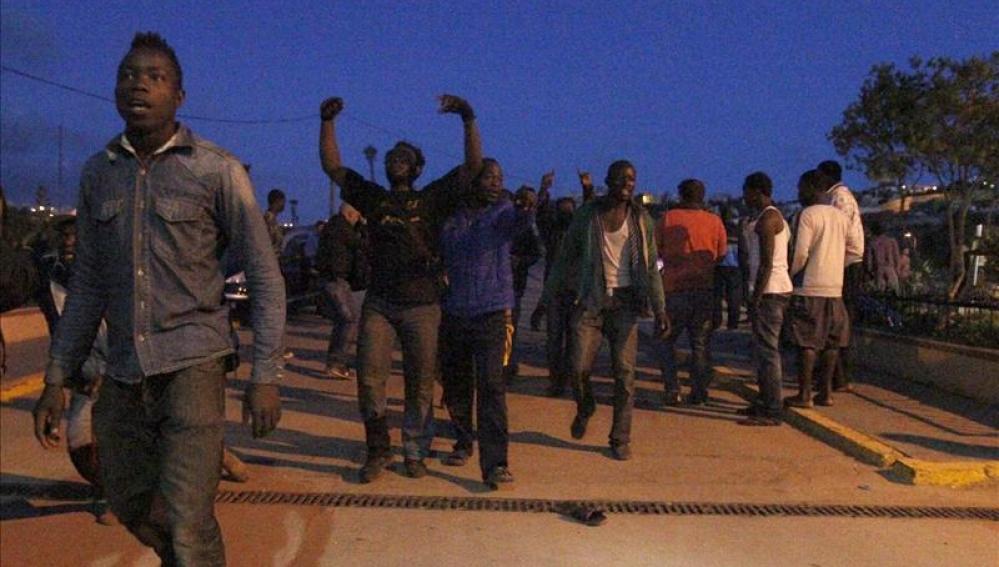 Inmigrantes en una calle de Melilla
