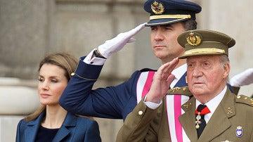 Don Juan Carlos y Felipe saludan el día de la Pascua Militar