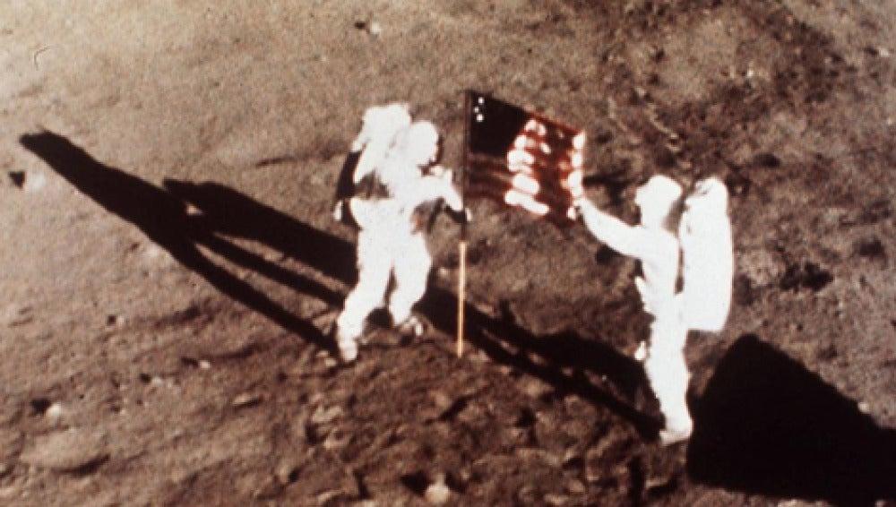 Armstrong y Aldrin, junto a la bandera de EEUU en la Luna