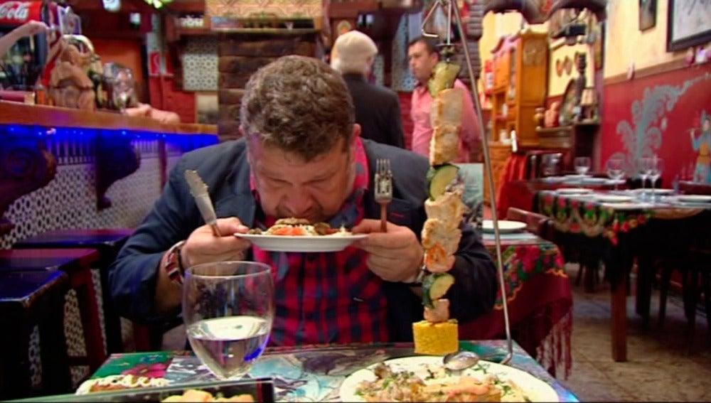 Alberto Chicote prueba un plato en 'Pesadilla en la cocina'
