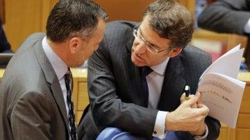 El presidente gallego, Alberto Núñez Feijóo, y el conselleiro de Medio Ambiente, Agustín Hernández (i)