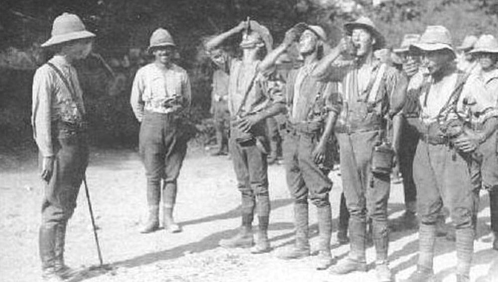 Soldados británicos bebiendo quinina