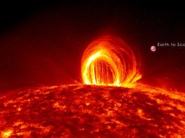 Un erupción solar comparada con el tamaño de la Tierra