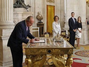El Rey Don Juan Carlos firma su abdicación ante la Reina Sofía, el Prínipe Felipe y la Princesa Letizia