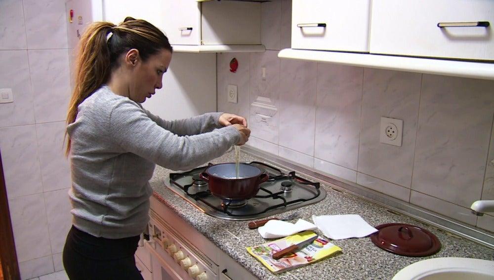 Lorena Morlote cocina en su casa de alquiler