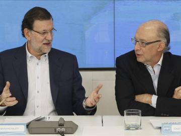 Mariano Rajoy charla con Cristóbal Montoro