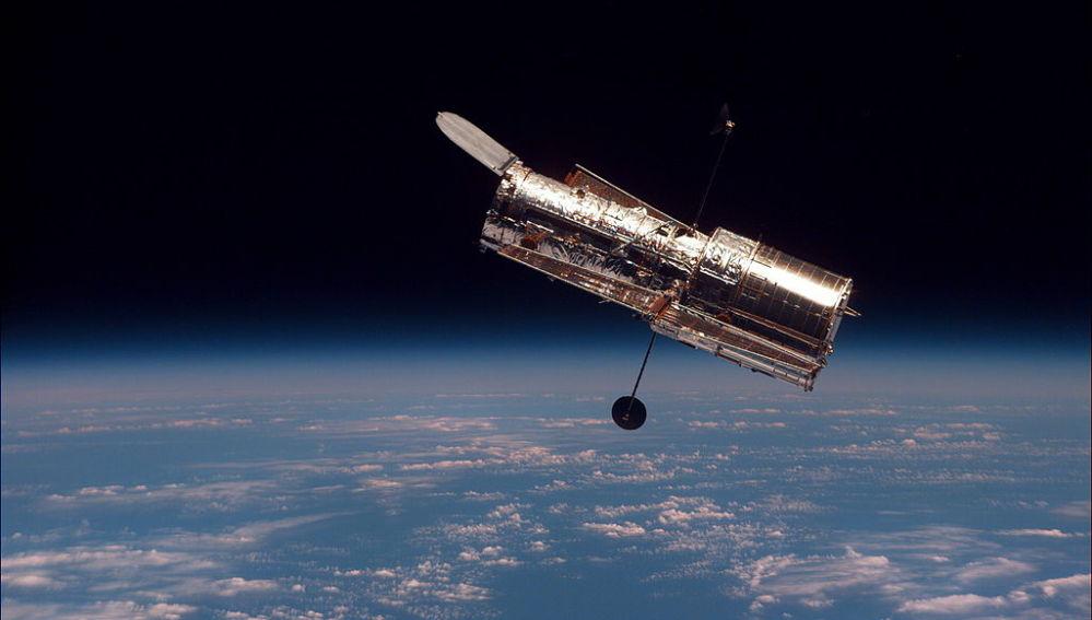 El telescopio espacial Hubble visto desde el Transbordador espacial Discovery durante la misión STS-82