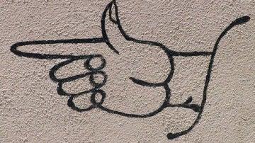 Graffiti de una mano señalando con el dedo índice