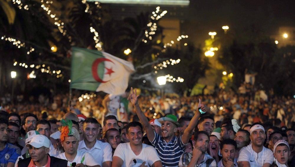 Detenidas 74 personas en Francia en las celebraciones de aficionados argelinos