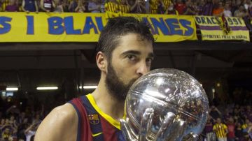 Juan Carlos Navarro, con la copa de campeón de la ACB