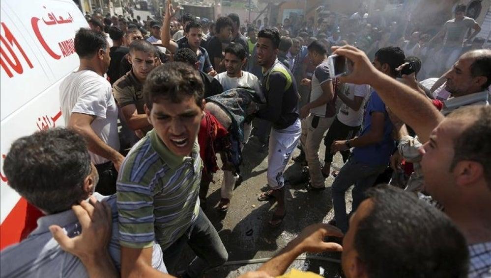 Varios palestinos llevan el cuerpo de un herido en Gaza el pasado viernes