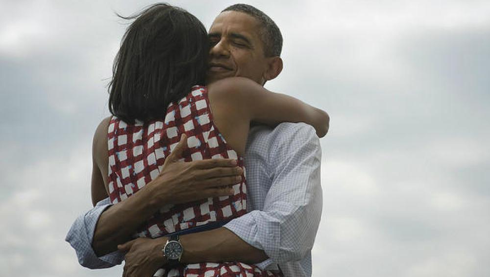 Obama se abraza a su mujer en una imagen que revolucionó Twitter
