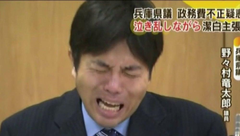 Un político japonés llora desconsolado explicando el mal uso de fondos públicos
