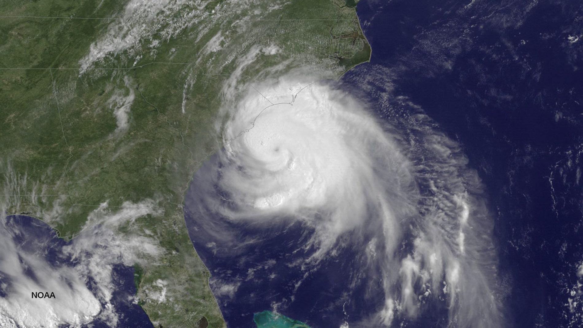 El huracán 'Arthur' toca tierra en EEUU