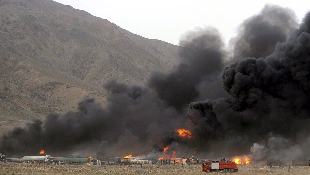 El humo se eleva desde los camiones cisterna tras un ataque de talibanes en Kabul