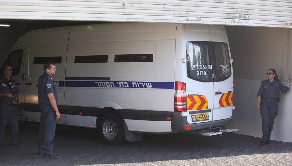 Una furgoneta con los detenidos llega al Juzgado de Instrucción en Petah Tikva, Israel