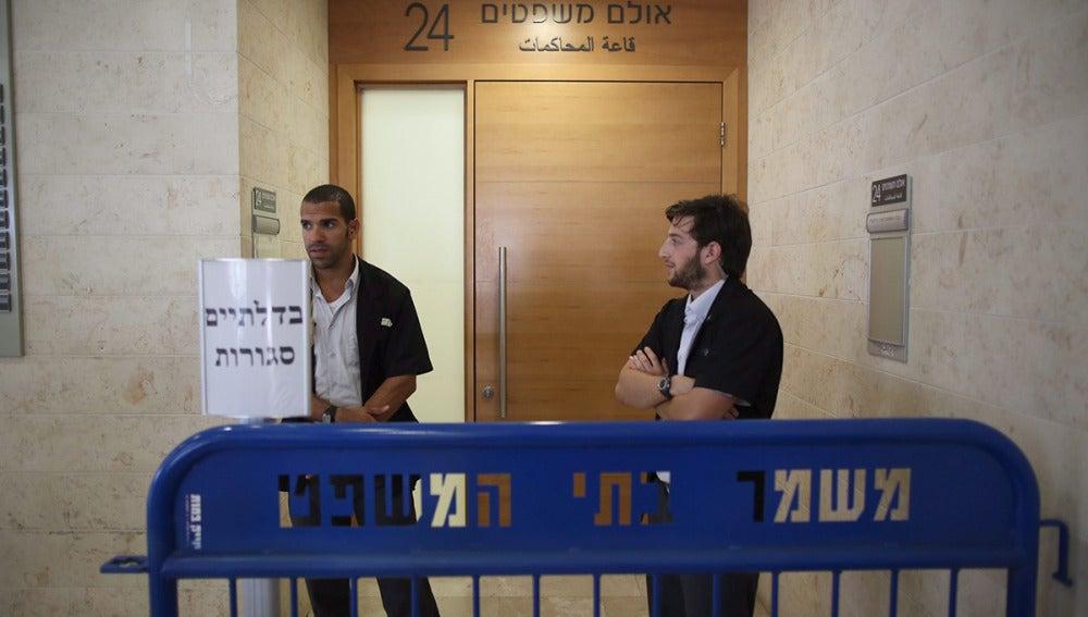 Guardias de seguridad a la entrada del Juzgado en Petah Tikva, al que han sido trasladados los detenidos