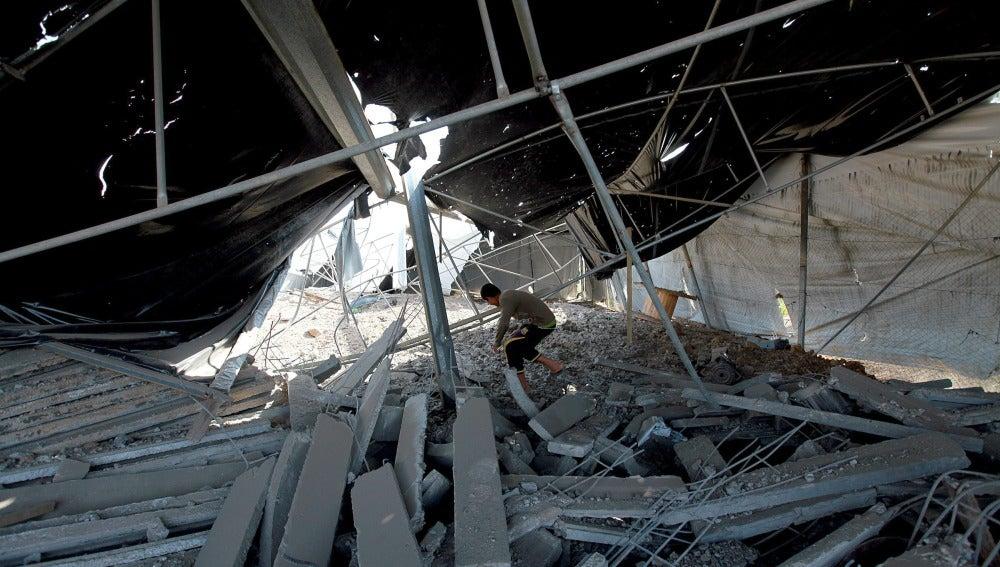 Un joven palestino comprueba los daños ocasionados en su vivienda por un bombardeo israelí sobre Rafah, en el sur de Gaza