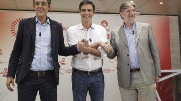 Madina, Sánchez y Pérez Tapias, saludándose antes del inicio del debate por la Secretaría General del PSOE