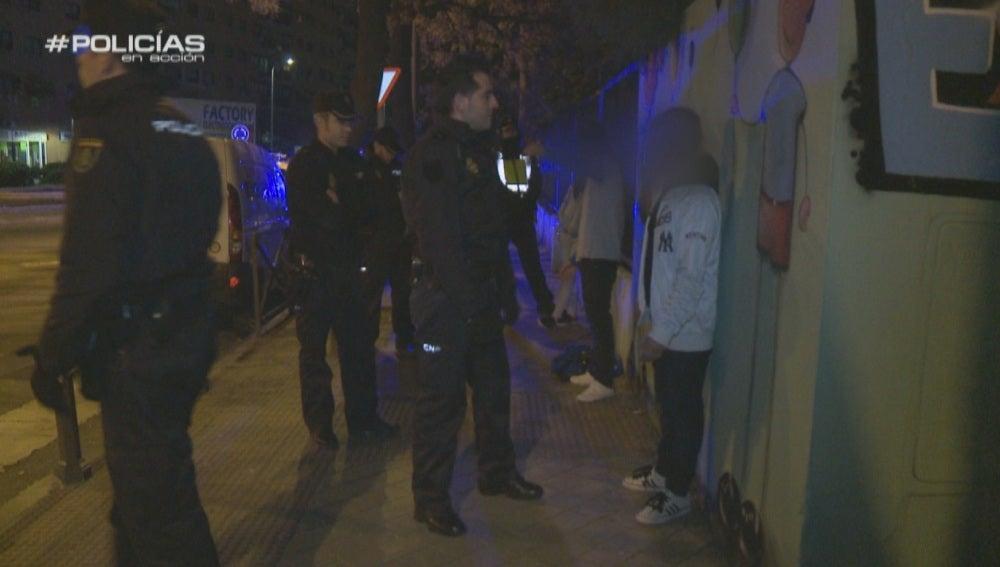 Policías tratando de mediar en una reyerta callejera