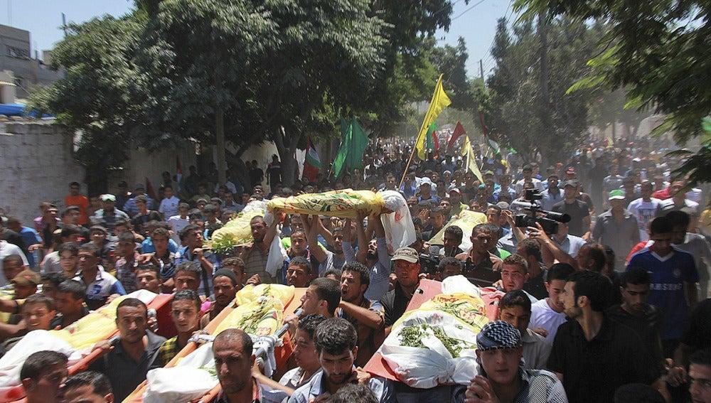Amigos y familiares palestinos de la familia Kawarea transportan varios cadáveres