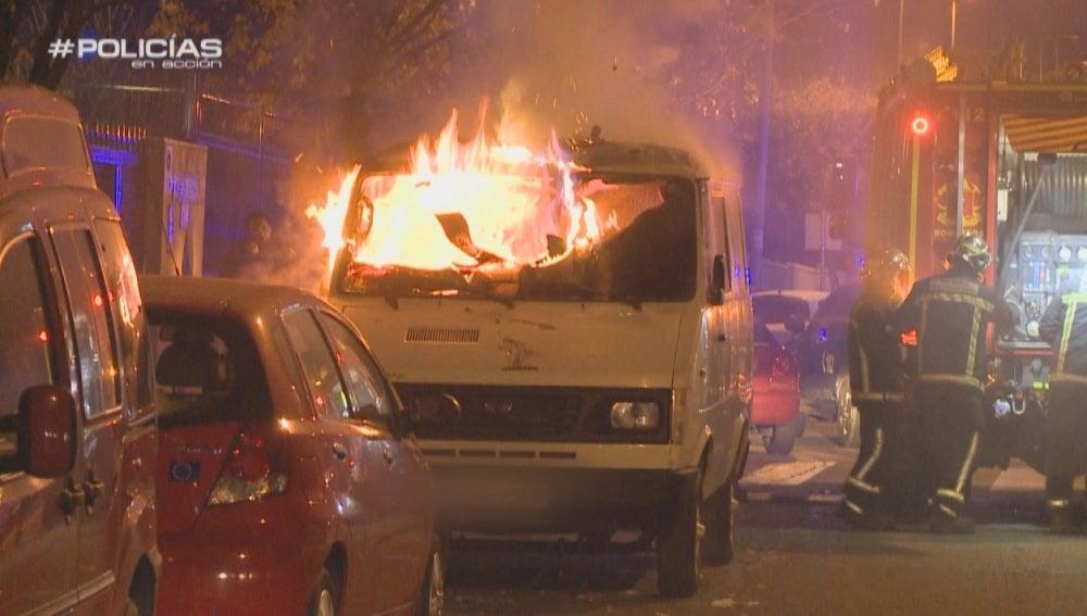 Una furgoneta arde en plena calle en 'Policías en acción'