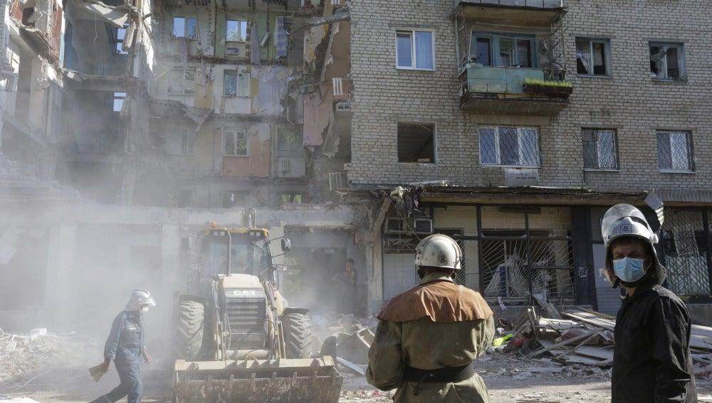 Miembros de los equipos de rescate trabajan en un edificio en el que se produjo una explosión de gas