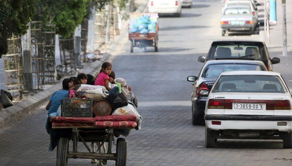 Miles de personas huyen entre avisos de Israel de que endurecerá sus ataques