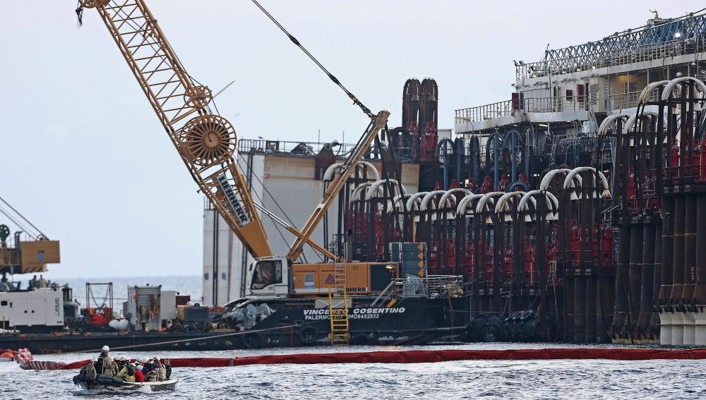 Expertos trabajan en las operaciones de reflotación del Costa Concordia