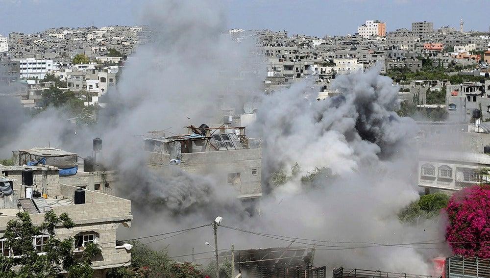 Vista general del humo de una casa palestina durante una ataque israelí