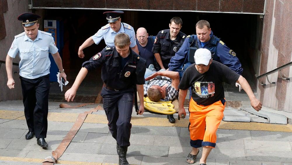 Servicios de Emergencias rusos llevan en camilla a un joven que resultó herido