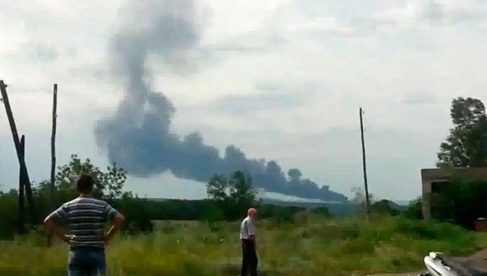 Una columna de humo procedente del avión estrellado