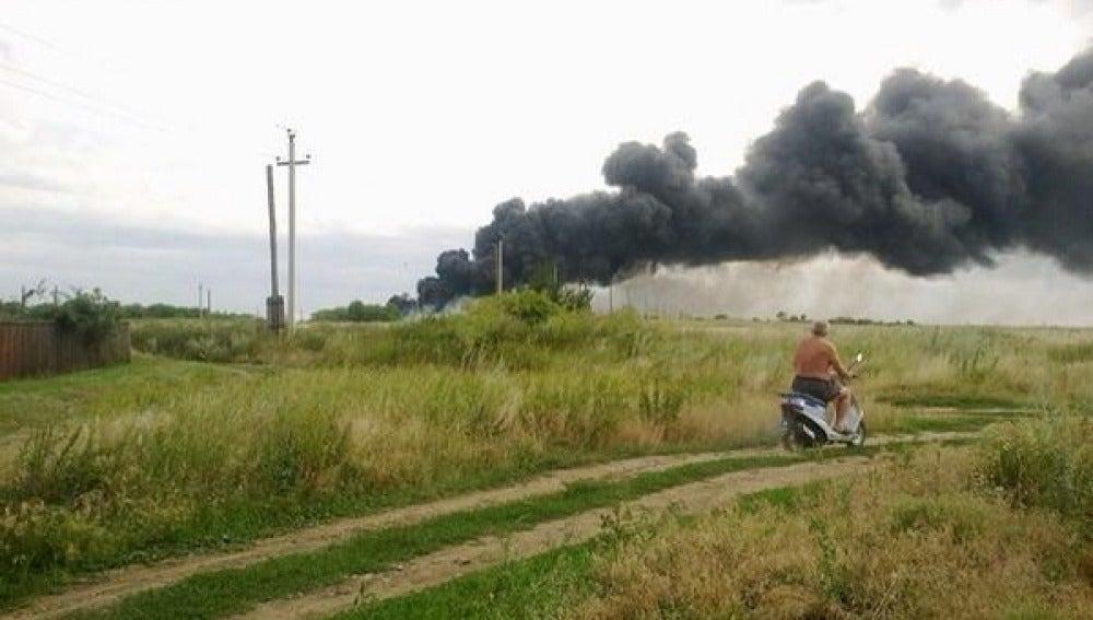 Columna de humo procedente del avión estrellado