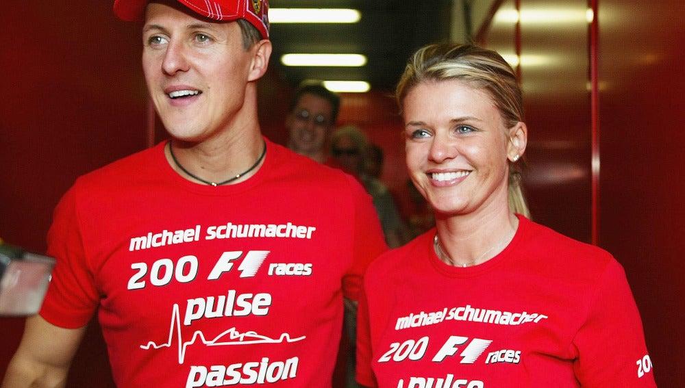 Corinna, en 2004 celebrando junto a Michael Schumacher sus 200 carreras