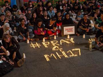cientos de personas rezan por los pasajeros del vuelo MH17