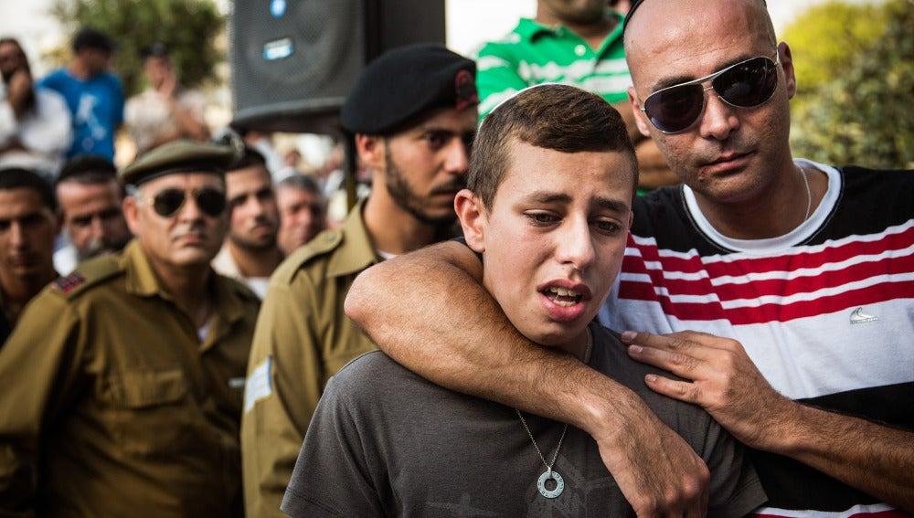 Un israelí llora en un funeral
