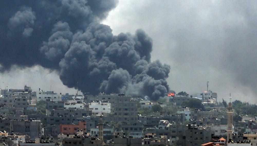 El humo cubre el barrio Al Shejaeiya de Gaza trasn los atauqes israelís