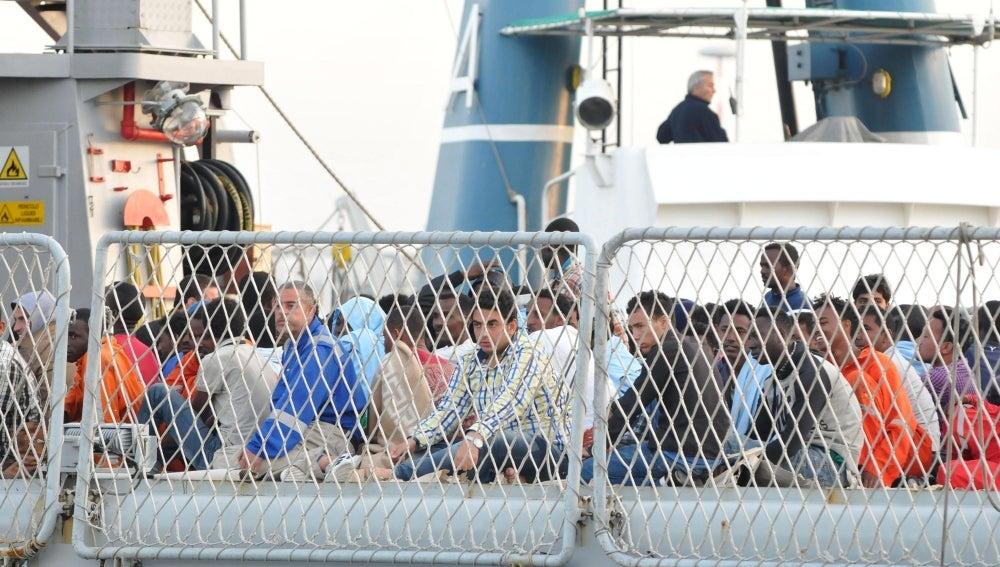 Un grupo de inmigrantes rescatado en alta mar por la Marina italiana