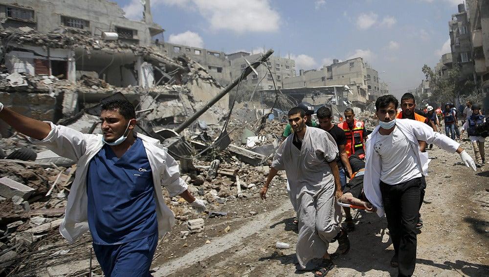 Equipos médicos de Al Shejaeiya evacúan a un palestino