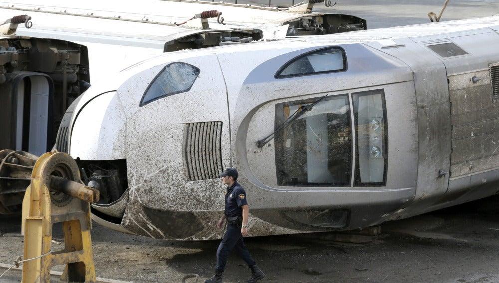 Estado del vagón del tren Alvia que se estrelló en la curva de Angrois