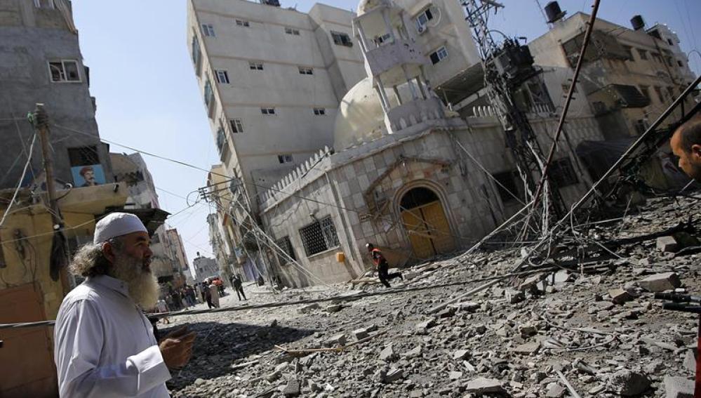 Bombardeo frente a una mezquita en Gaza
