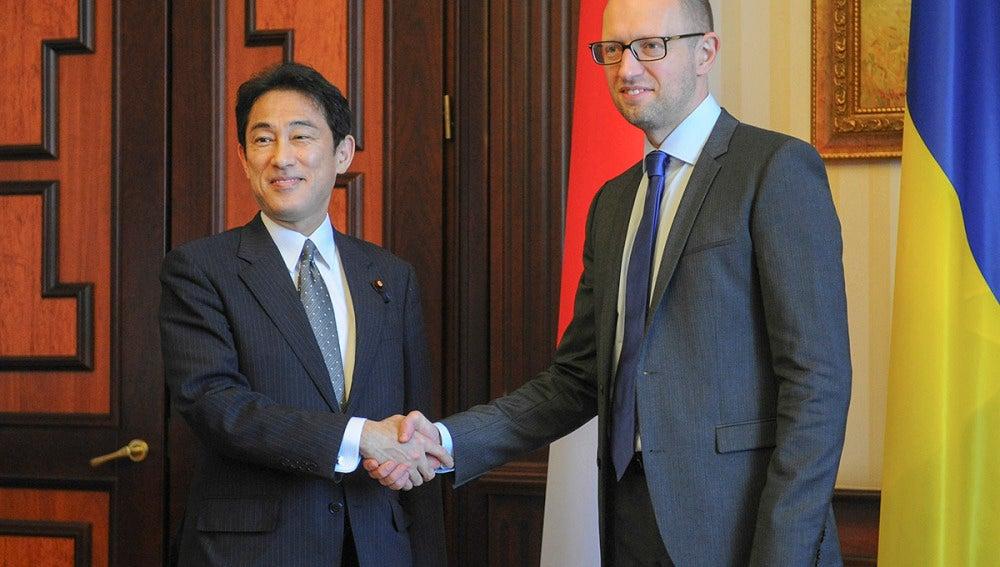 Arseniy Yatsenyuk estrecha la mano del ministro japonés de Asuntos Exteriores, Fumio Kishida