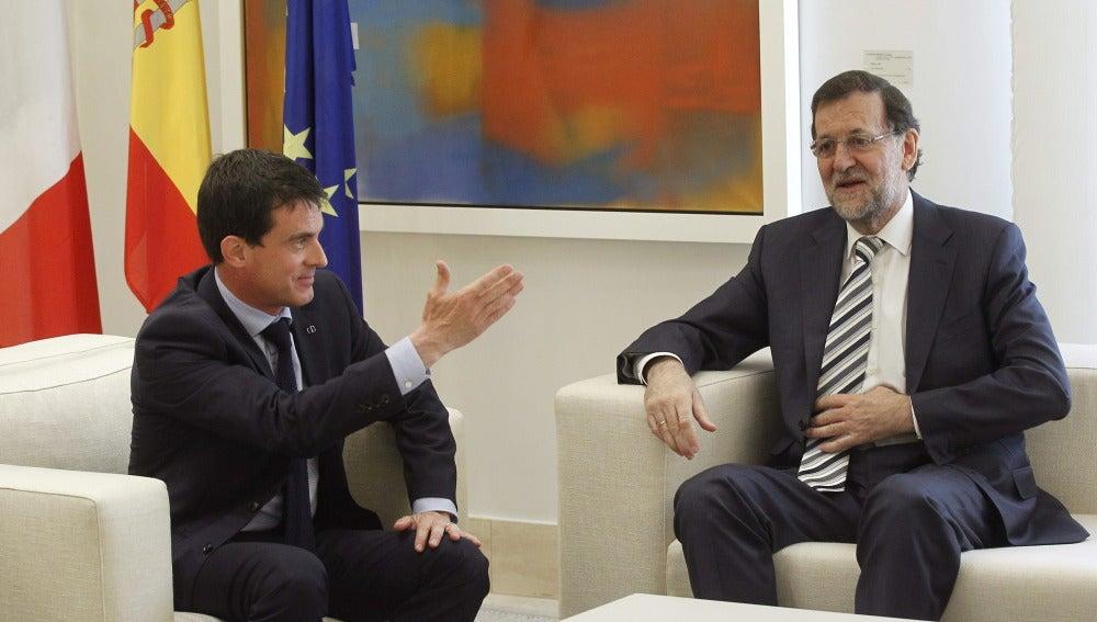 El presidente del Gobierno, Mariano Rajoy (d), junto al primer ministro francés, Manuel Valls