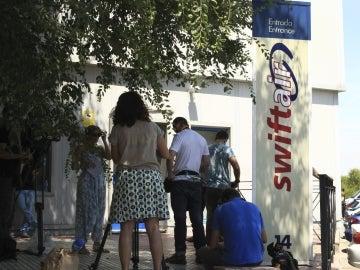 Periodistas apostados delante de la sede de Swiftair en Madrid